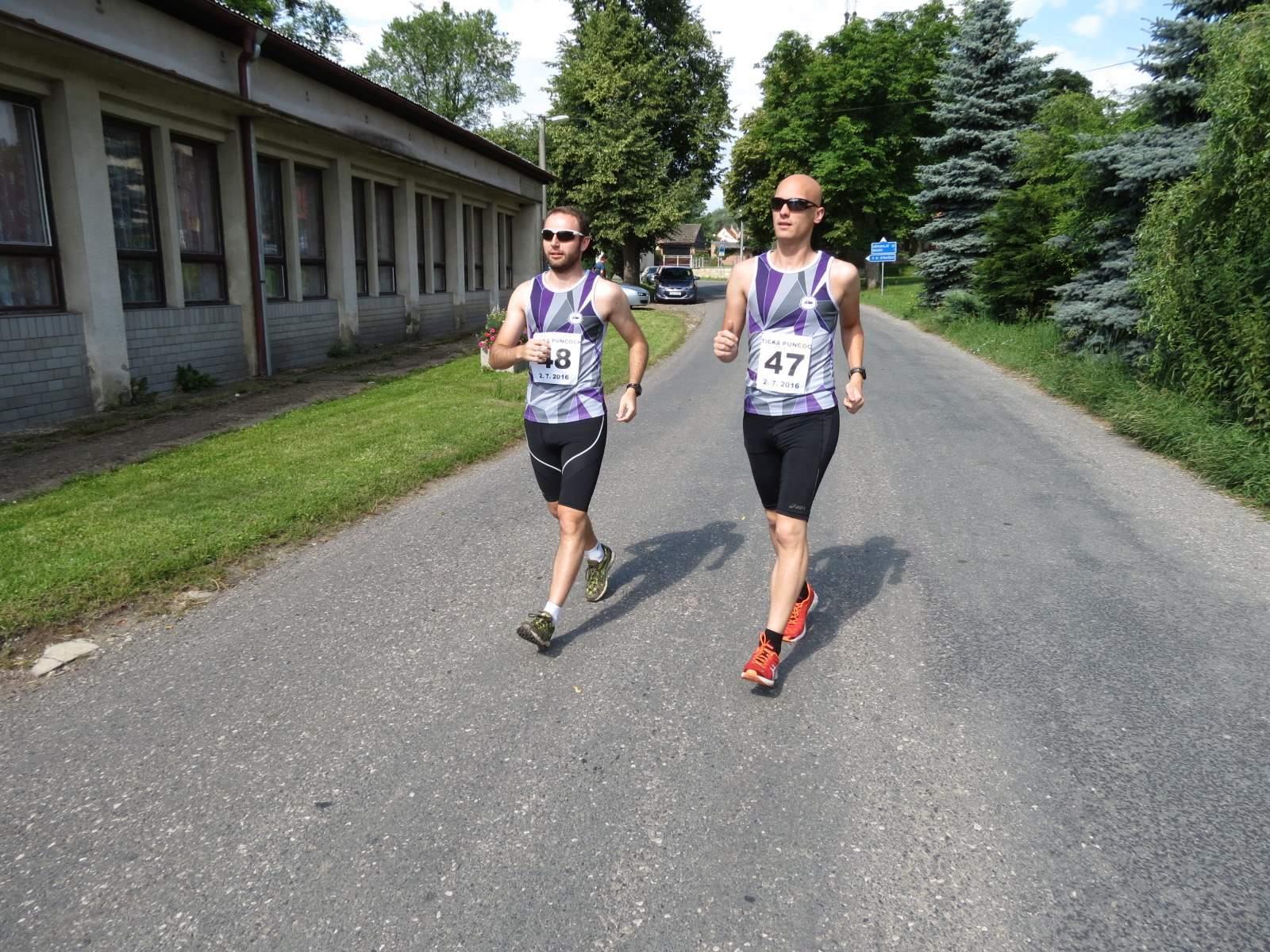 Chodci míří na start